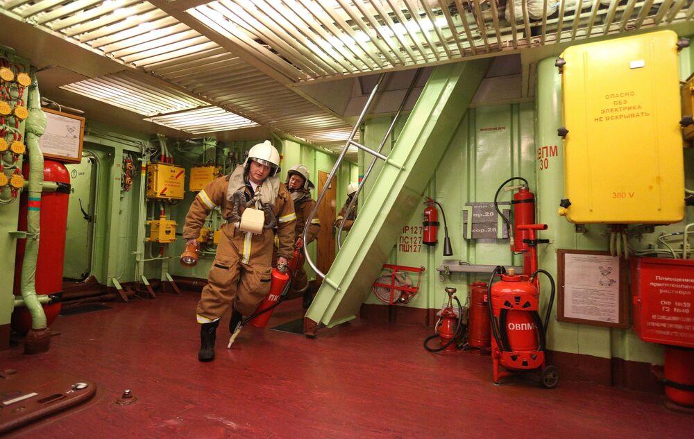 Gli esercizi dei vigili del fuoco a bordo del Pyotr Velikiy.