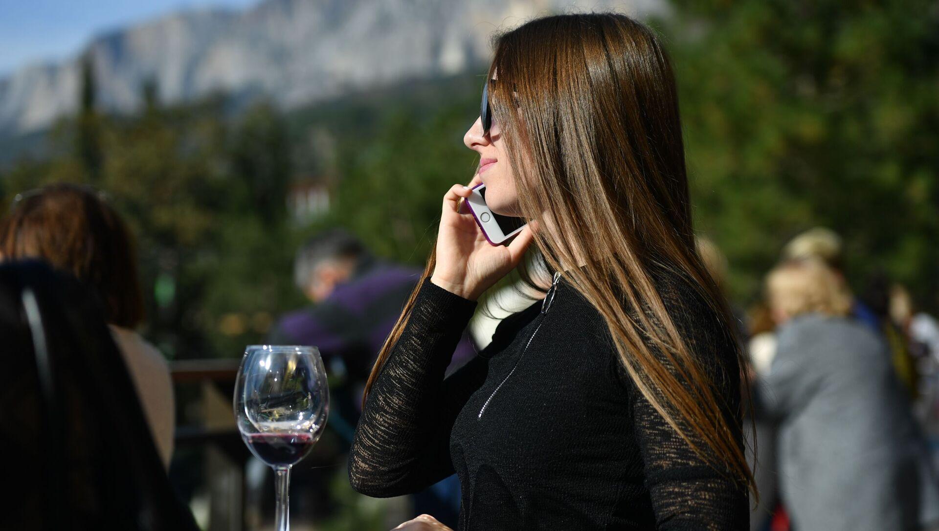 Una ragazza parla al telefono - Sputnik Italia, 1920, 03.02.2021