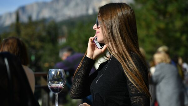 Una ragazza parla al telefono - Sputnik Italia