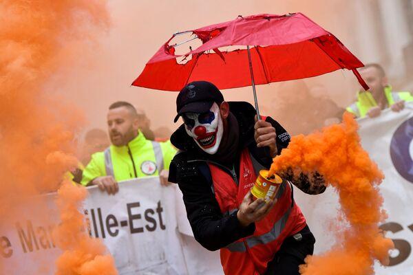 Un uomo con una maschera da clown ad una manifestazione contro la riforma delle pensioni a Marsiglia, in Francia. - Sputnik Italia