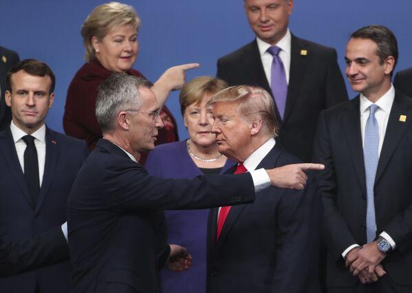 Il segretario generale della NATO parla con il presidente degli USA Donald Trump al vertice dell'Alleanza transatlantica a Watford, nel Regno Unito. - Sputnik Italia
