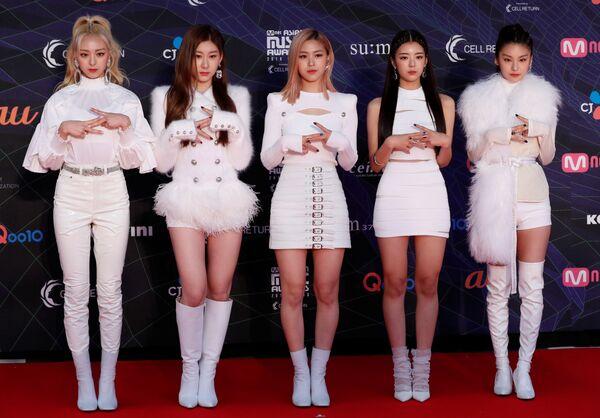 Le ragazze di una girl-band sudcoreana ITZY sul tappetto rosso dell'annuale MAMA Awards a Nagoya, nel Giappone. - Sputnik Italia