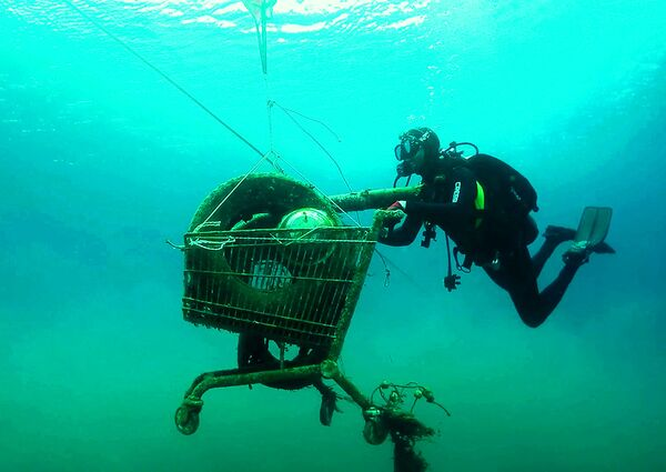 Volontari dell'organizzazione greca Aegean Rebreath raccolgono i rifiuti sott'acqua durante un'operazione per proteggere la biodiversità dell'Egeo dai rifiuti nelle vicinanze dell'isola greca di Zante. - Sputnik Italia