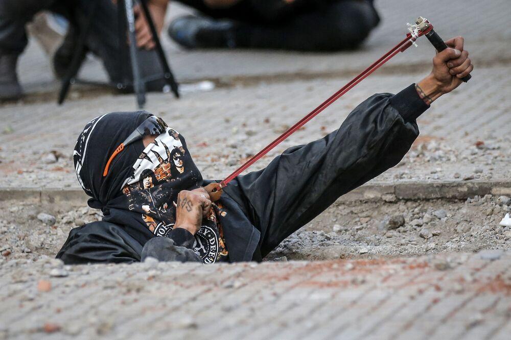 Una donna con la fionda alle proteste contro la violenza di genere a Santiago del Cile.