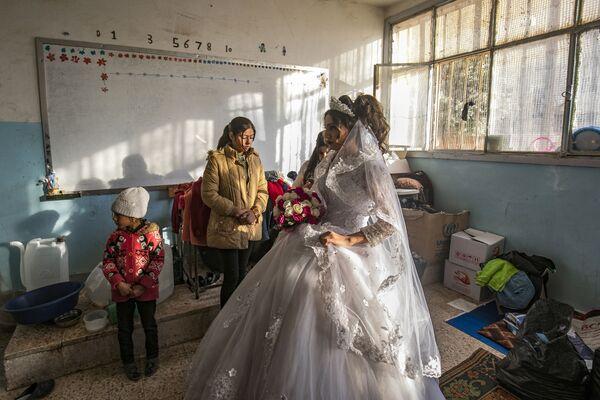 Una donna nel giorno di matrimonio in una scuola riattrezzata per l'alloggio temporaneo nella città Al-Hasakah, in Siria. - Sputnik Italia