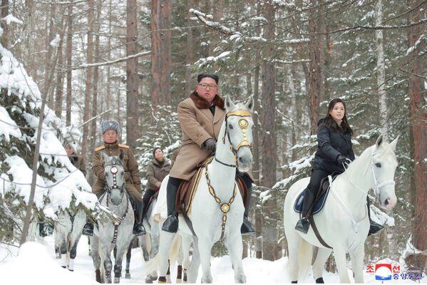 Il leader nordcoreano Kim Jong-un va a cavallo con sua moglie sul monte Paektu. - Sputnik Italia