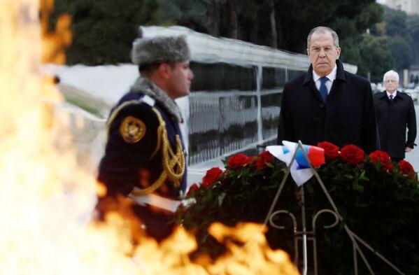 Il ministro degli Esteri russo Sergey Lavrov alla cerimonia di posa dei fiori al memoriale di Heydar Aliev a Baku, in Azerbaigian. - Sputnik Italia