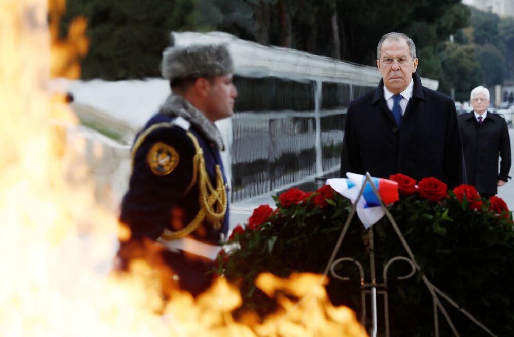 Il ministro degli Esteri russo Sergey Lavrov alla cerimonia di posa dei fiori al memoriale di Heydar Aliev a Baku, in Azerbaigian.
