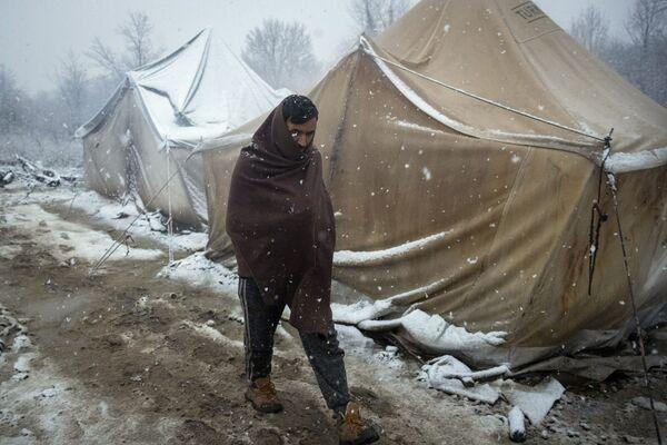 Un migrante in un campo rifugiati in Bosnia. - Sputnik Italia