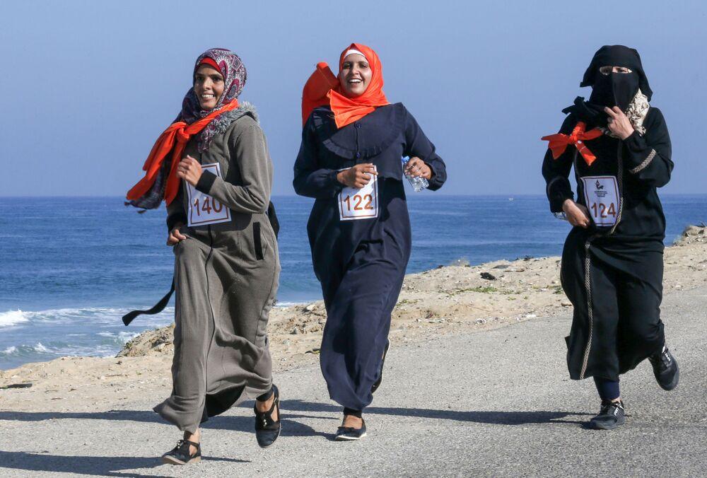 Donne palestinesi ad una maratona nella Striscia di Gaza.