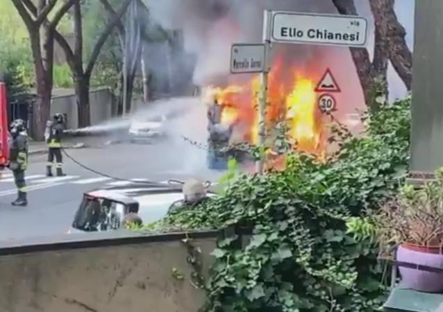 Autobus prende fuoco a Roma