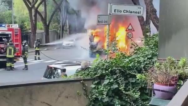 Autobus prende fuoco a Roma - Sputnik Italia