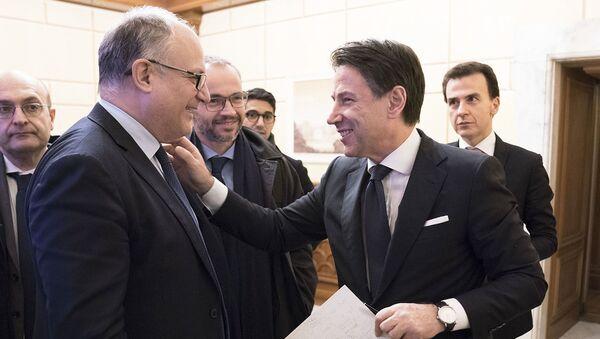 Palazzo Chigi, il Presidente Conte e il Ministro Gualtieri al termine del vertice sulla manovra economica - Sputnik Italia