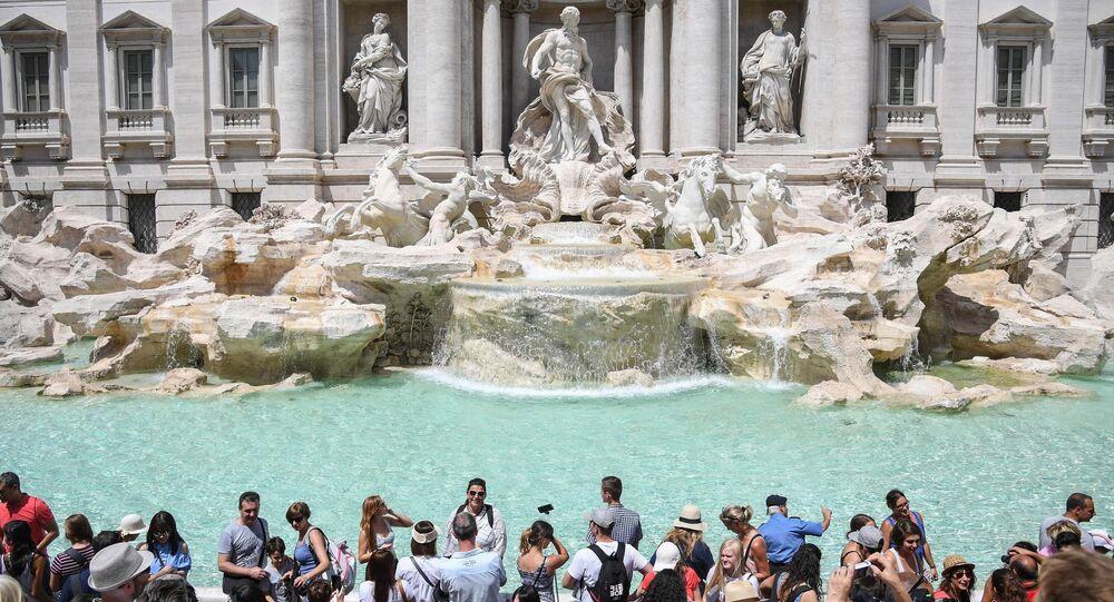 Turisti alla fontana di Trevi