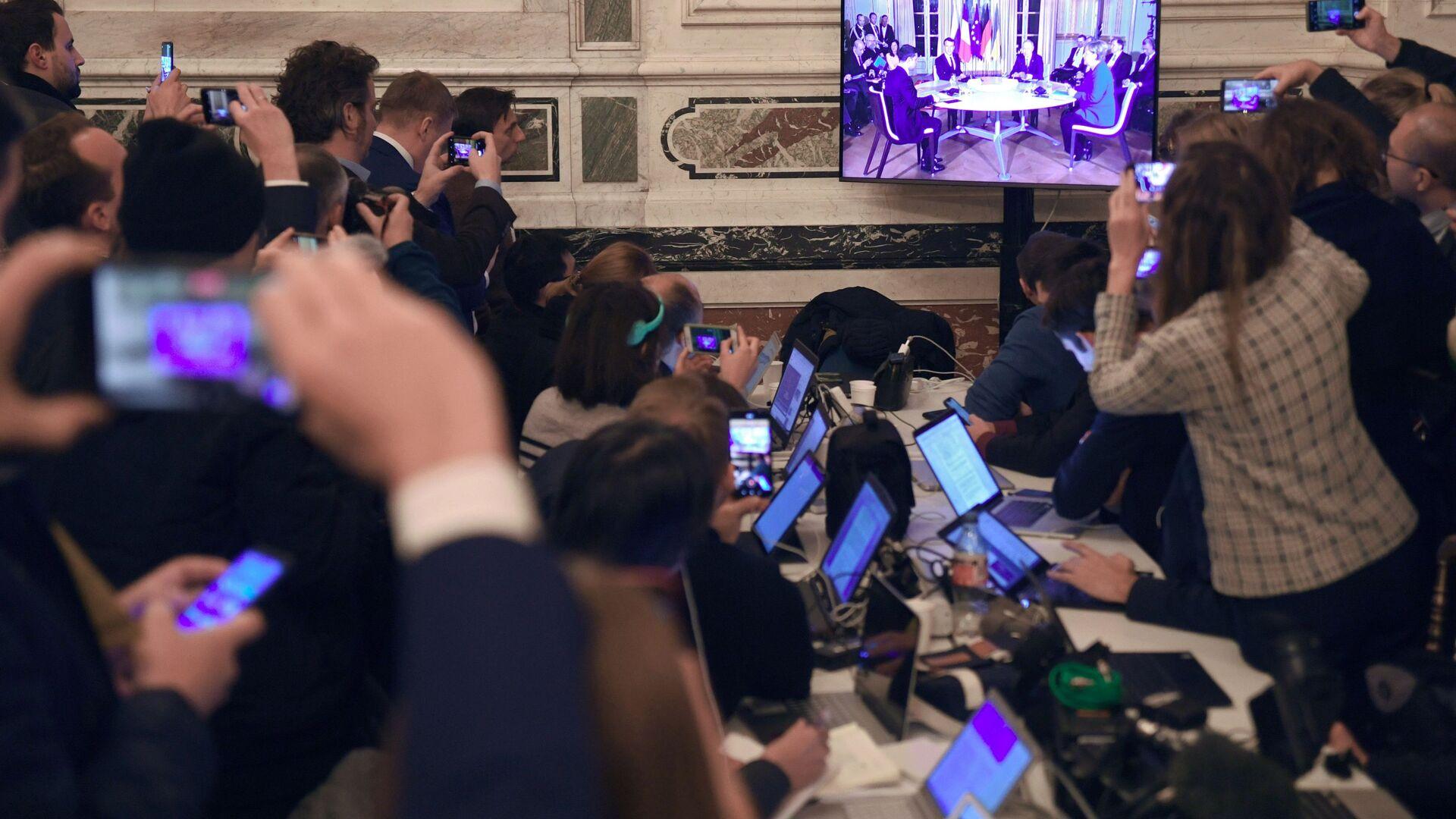 Giornalisti guardano la diretta del vertice nel formato Normandia - Sputnik Italia, 1920, 11.06.2021