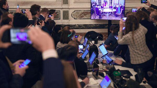 Giornalisti guardano la diretta del vertice nel formato Normandia - Sputnik Italia
