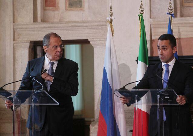 Sergey Lavrov e Luigi Di Maio durante una conferenza stampa a Roma