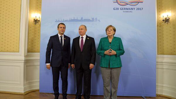 Vladimir Putin, Emmanuel Macron e Angela Merkel - Sputnik Italia