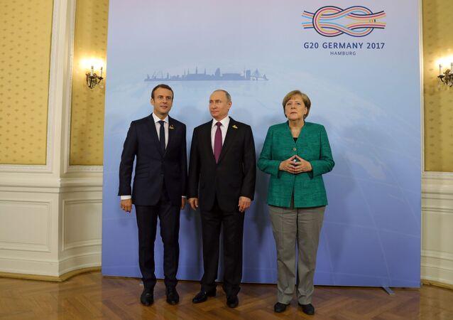 Vladimir Putin, Emmanuel Macron e Angela Merkel (foto d'archivio)
