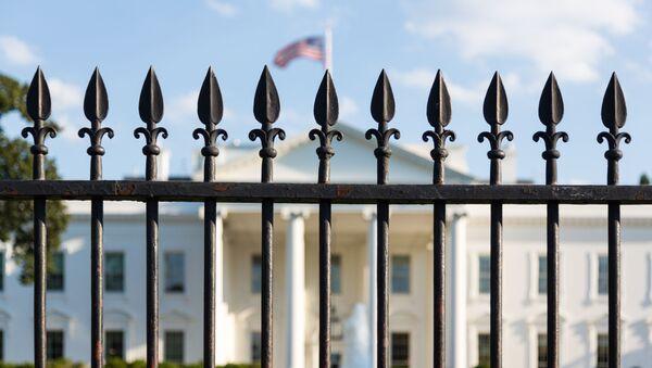 Здание Белого дома в Вашингтоне за забором - Sputnik Italia