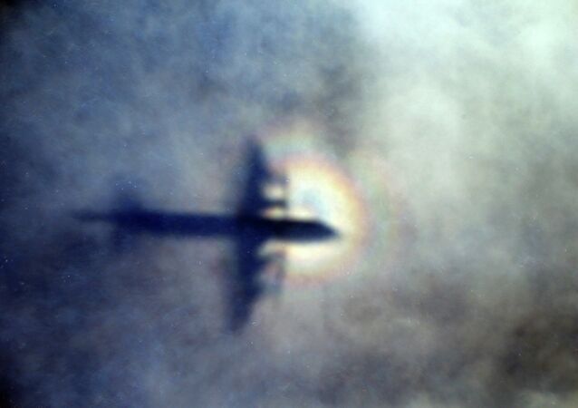 L'ombra dell'aereo Royal New Zealand Air Force P3 Orion in cerca dell'aereo Malaysia Airlines Flight MH370 nell'oceano indiano, vicino alle coste australiane