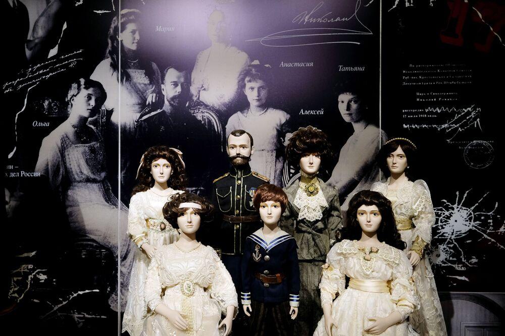 Le bambole della famiglia dell'imperatore russo Nicola II all'esposizione I monarchi russi. Le pagine della storia a Mosca