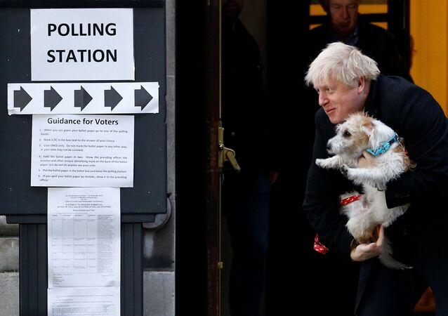 Boris Johnson lasciando un seggio elettorale con il suo cane Dilyn