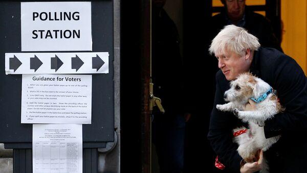 Boris Johnson lasciando un seggio elettorale con il suo cane Dilyn - Sputnik Italia