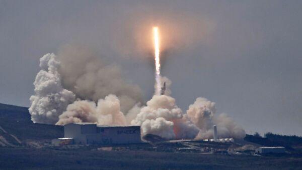 Ракета SpaceX Falcon 9 со спутником Formosat-5 на борту стартует с базы Ванденберг в Калифорнии, США - Sputnik Italia