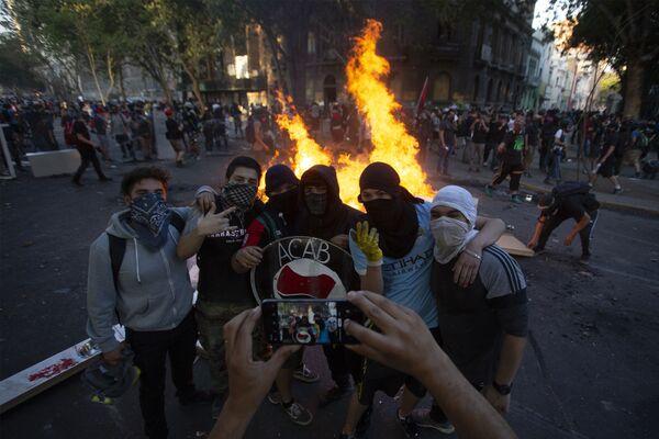 Le manifestanti a Santiago, Cile, il 6 dicembre del 2019  - Sputnik Italia