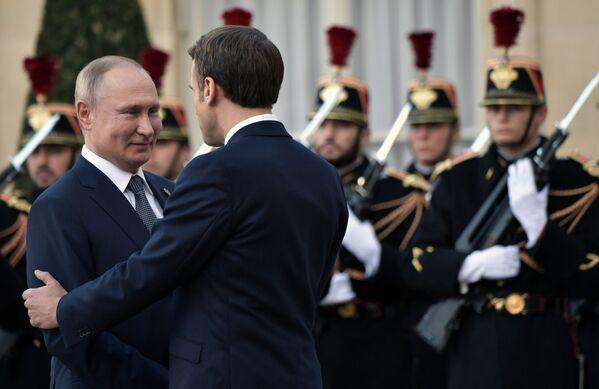 Il presidente russo Vladimir Putin e il presidente francese Emmanuel Macron durante una cerimonia ufficiale nel Palazzo dell'Eliseo, il 9 dicembre 2019 - Sputnik Italia