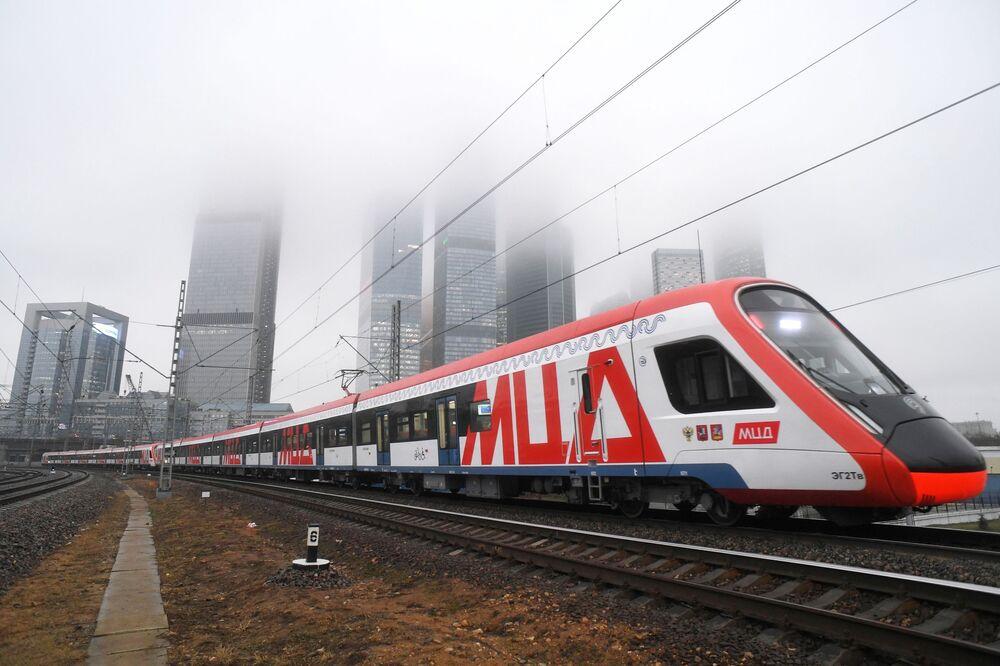 Un treno di superficie della rete metropolitana di Mosca