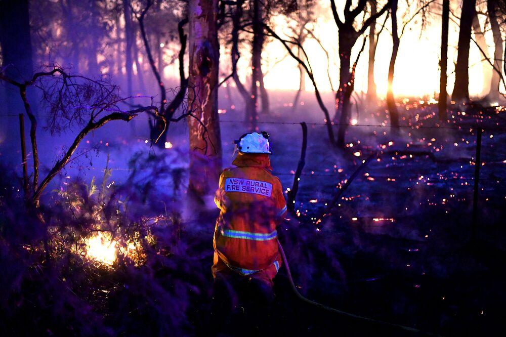 Un vigile del fuoco che sta affrontando gli incendi boschivi a Sydney, Australia