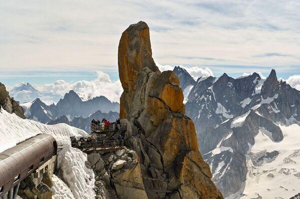 Vista dall'Aiguille du Midi che si trova nella parte settentrionale del massiccio del Monte Bianco - Sputnik Italia
