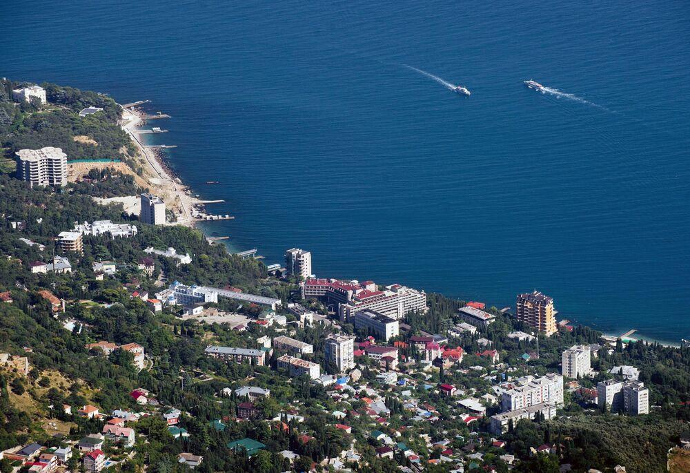 Vista della costa del Mar Nero dalla cima del monte Ai-Petri in Crimea