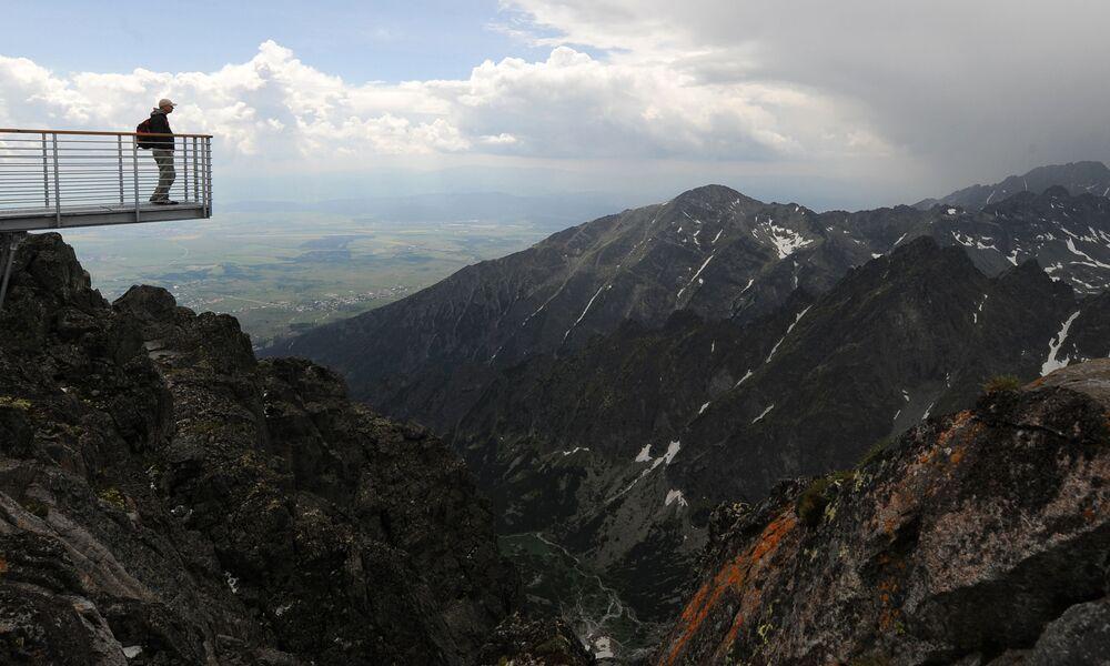 Un uomo osserva la vista dalla cima del Lomnicky Stit nelle montagne degli Alti Tatra, Slovacchia