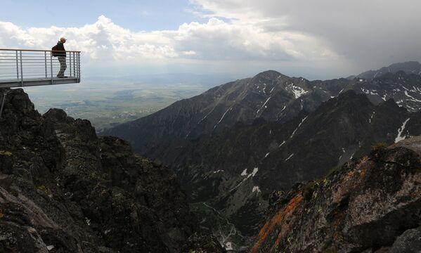 Un uomo osserva la vista dalla cima del Lomnicky Stit nelle montagne degli Alti Tatra, Slovacchia - Sputnik Italia