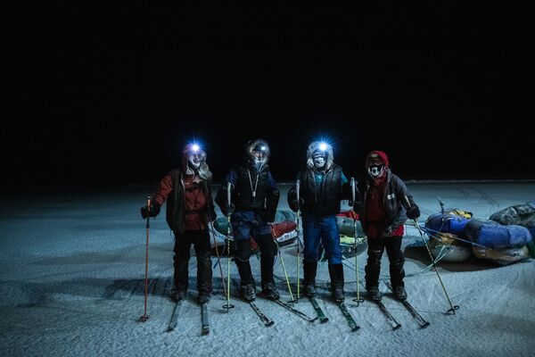 I due esploratori Mike Horn e Borge Ousland dopo l'arrivo alla rompighiaccio Lance nelle acque norvegesi del Mar Glaciale Artico, a conclusione dell'incredibile traversata invernale dell'Artico con gli sci e slitte, l'8 dicembre 2019 - Sputnik Italia