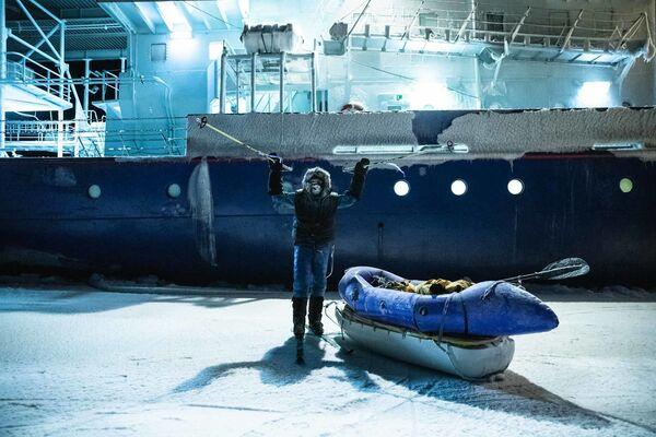 L'esploratore Mike Horn davanti alla rompighiaccio Lance nelle acque norvegesi del Mar Glaciale Artico - Sputnik Italia
