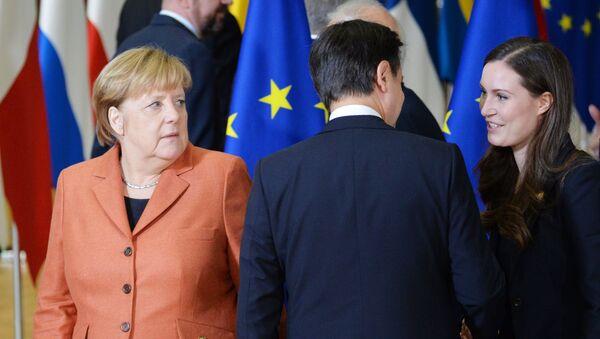 Giuseppe Conte stringe la mano al nuovo primo ministro finlandese Sanna Marin - Sputnik Italia