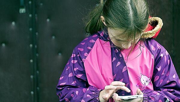 Una bambina con cellulare - Sputnik Italia