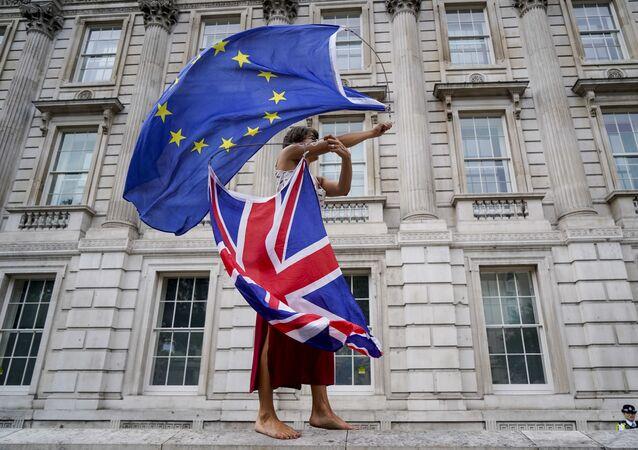 Una donna alle manifestazioni anti-brexit a Londra