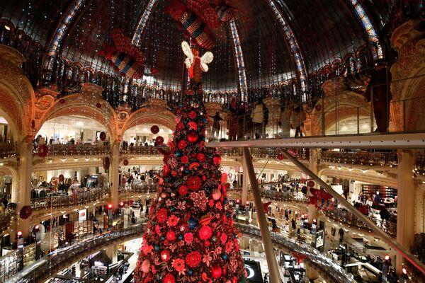 L'albero di Natale a Galeries Lafayette a Parigi. - Sputnik Italia