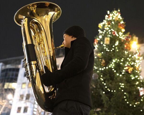 Un musicista dell'orchestra Rudersdorf Music Society si esibisce al mercantino natalizio a Vienna. - Sputnik Italia