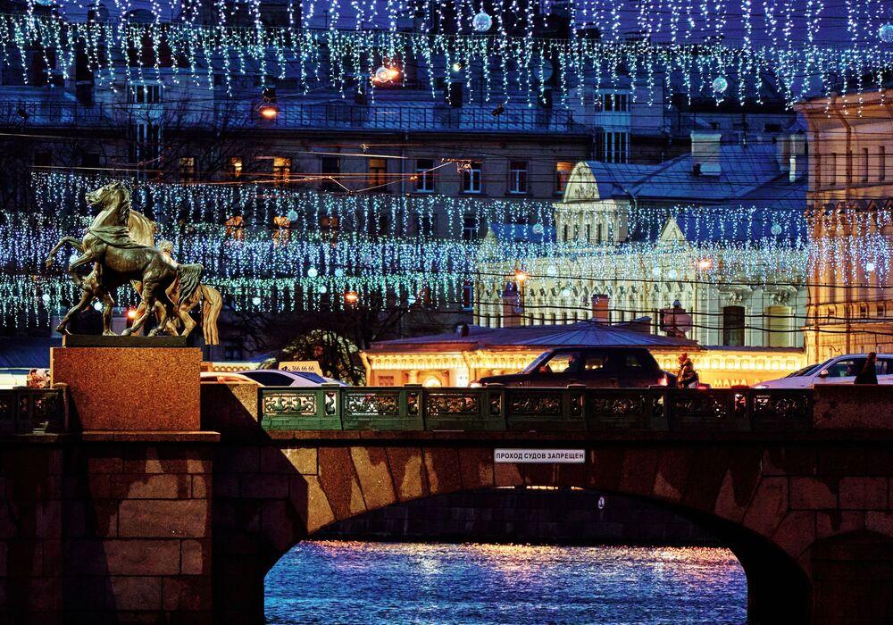 Il ponte Anichkov illuminato per le feste a San Pietroburgo