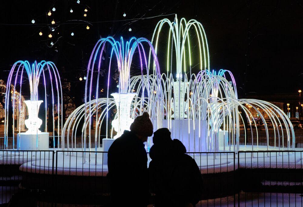 Un'illuminazione natalizia accanto al museo statale Ermitage a San Pietroburgo.