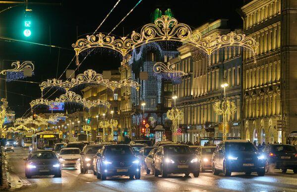 Le illuminazioni natalizie sul corso Nevsky a San Pietroburgo. - Sputnik Italia