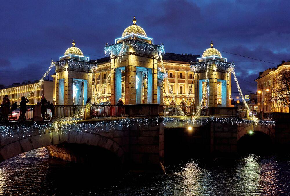 Il ponte Lomonosov illuminato per Capodanno a San Pietroburgo.