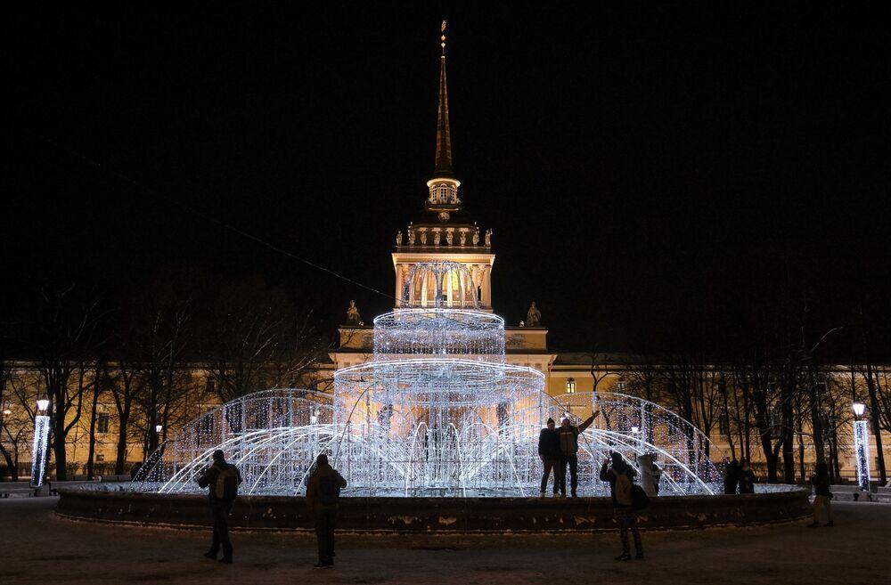 Un'illuminazione a forma di fontana nei Giardini di Alessandro a San Pietroburgo.