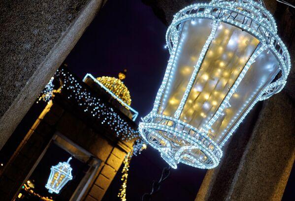 Il ponte Lomonosov illuminato per Capodanno a San Pietroburgo. - Sputnik Italia